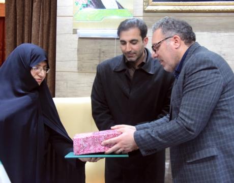 گزارش تصویری / تقدیر از سرکار خانم صالحی همسر سردار شهید طاهری به مناسبت روز تکریم از همسران شهدا