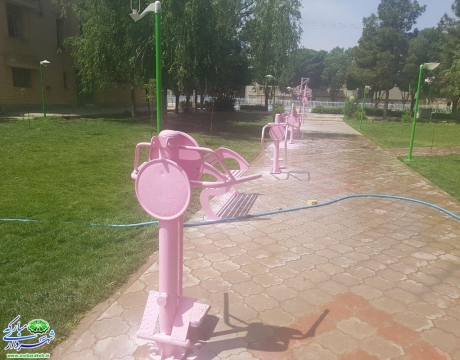 گزارش تصویری/ روایت تلاش  در حوزه خدمات شهری/رنگ آمیزی مجموعه ست ورزشی و پایه های  چراغ برق در پارک محله ای نصیرآباد